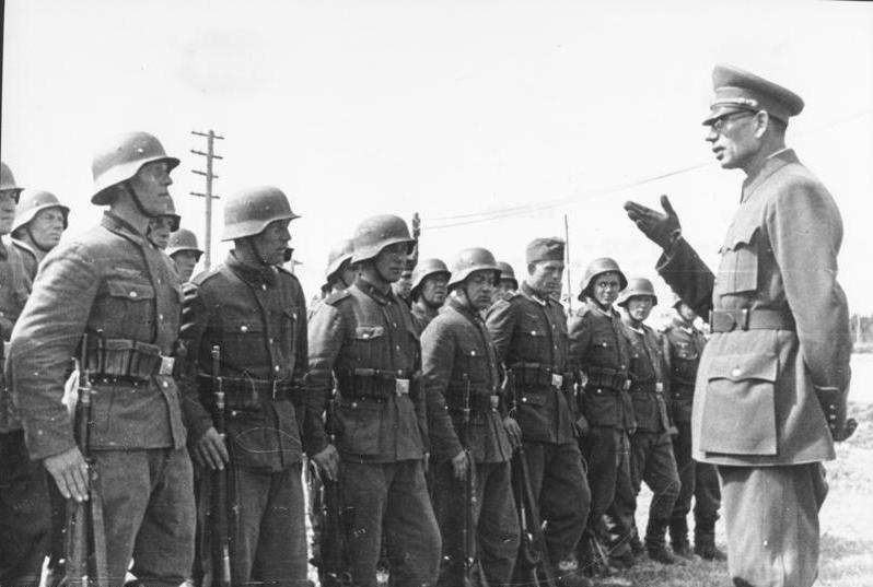 General_Wlassow_mit_Soldaten_der_ROA