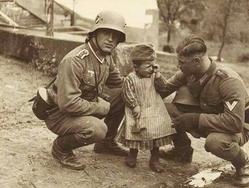 German-soldiers-comfort-crying-child
