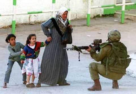 Israeli_soldier_points_gun_at_mother-terrified-little-girls