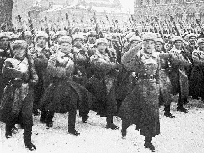 November-1941-Soviet-army-parades-Red-Square