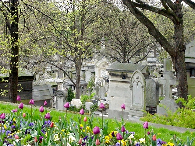 Pere_Lachaise_cemetery-paris-looking_down_the_hill