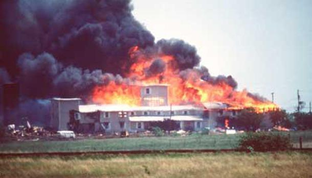 Waco_Compound-in-Flames-april-19-1993