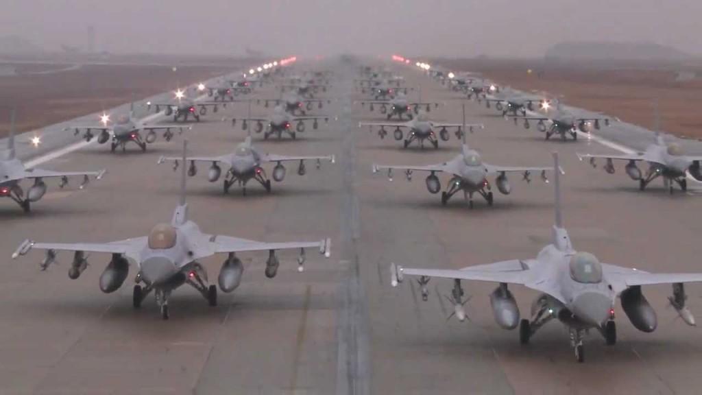 f-16-squadron-on-runway-dusk