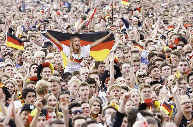 germans-watching-world-cup-victory-2014-hamburg