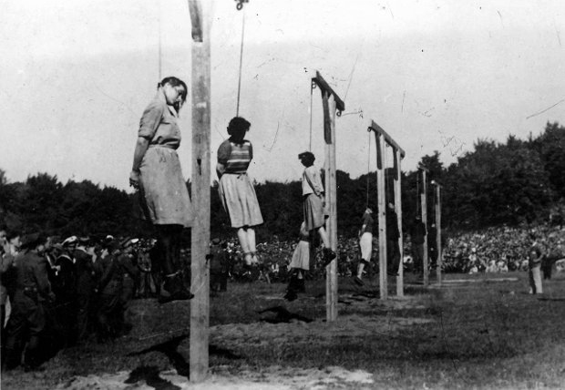 hanging-ss-female-guards-1946-poland-Barkmann_Paradies_Becker_Klaff_Steinhoff_(left_to_right)