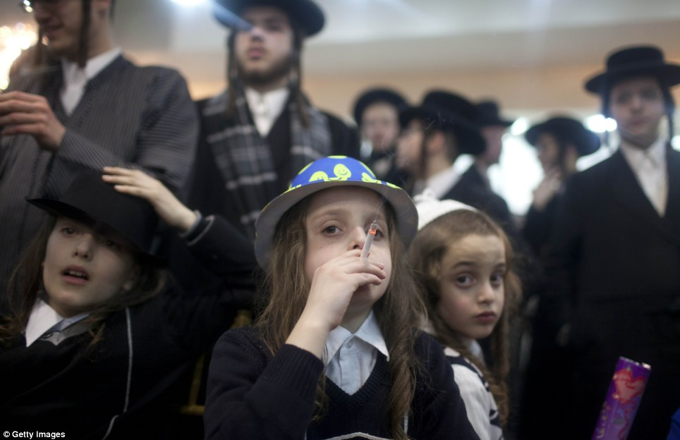 haredi-wedding-jerusalem-jewish-orthodox-boys-smoke