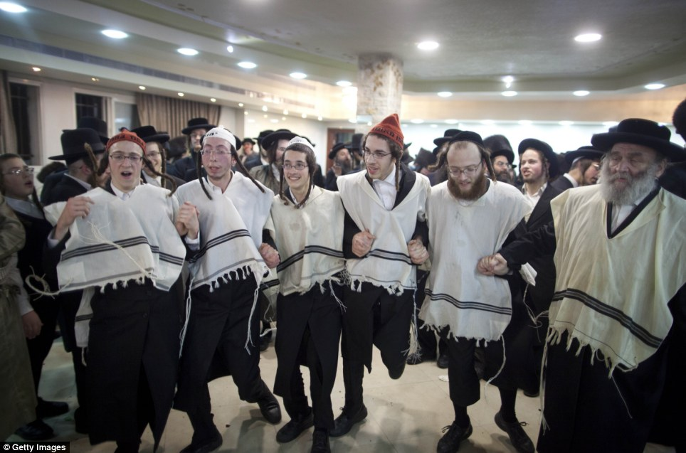 haredi-wedding-jerusalem-jewish-orthodox-men-and-boys-line-dance