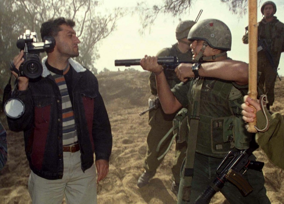 israeli-soldier-clashes-with-palestinian-journalist-in-gaza