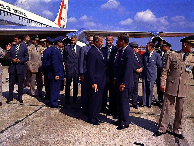 jfk-von-braun-air-force-one-air-force-officers