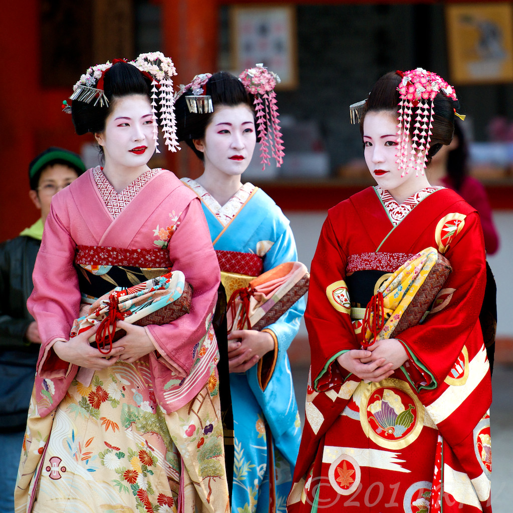 kyoto-maiko-three-geishas-japan