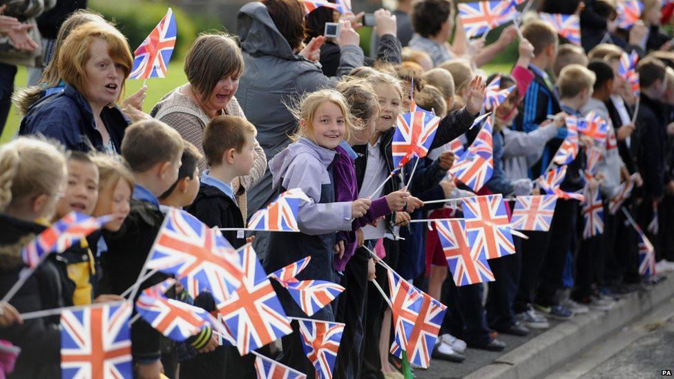 leeds-school-children-england-olympic-torch