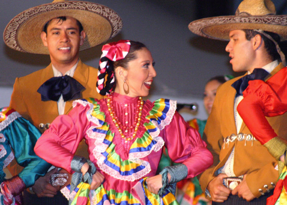 mexican-dancers-2-males-female-hats