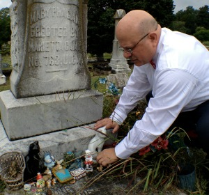 peter-berger-writer-forward-com-lays-flowers-grave-mary-phagan-08-15.2013