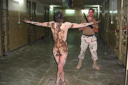 Gefangenen-blood-and-Schlamm-arms-poutstretched-Abu-Ghraib