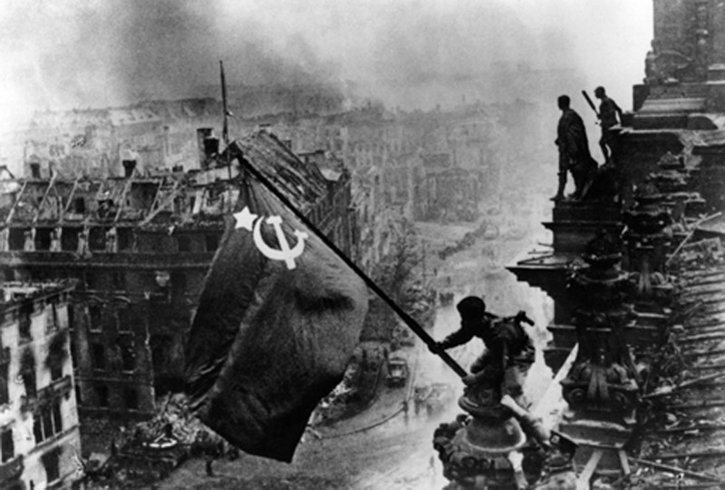 russian-raises-flag-over-the-reichstag-berlin-1945