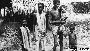 starving-bengali-family-churchill-famine-1943-44