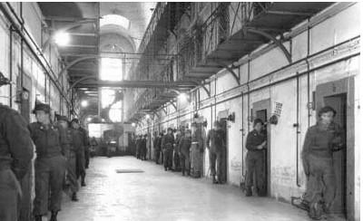 us-army-torture-prison-guards-each-door