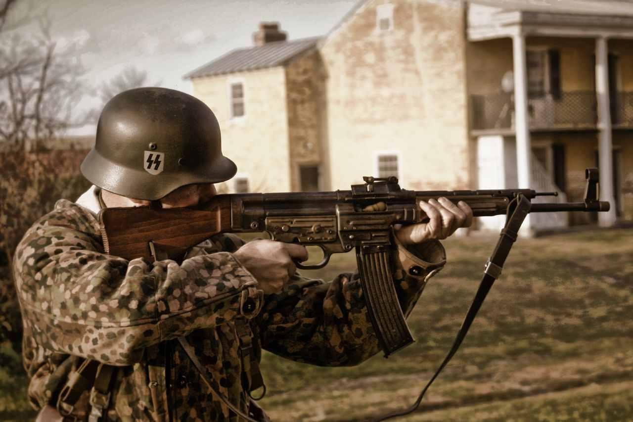 waffen-ss-soldier-sturmgewehr-44
